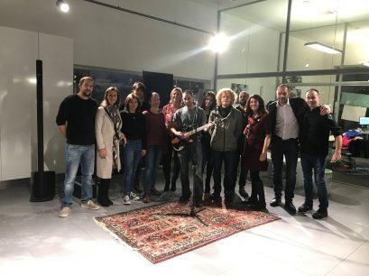Gruppenfoto mit Künstlern und dem Team vom Autohaus Fritz