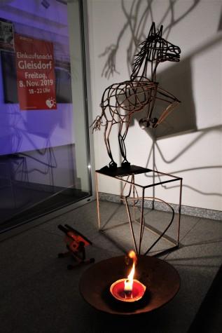 Stimmung vorm Eingang mit SkulpturHorst Waidacher
