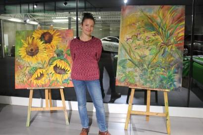 Monika Lafer vor zwei ihrer Gemälde
